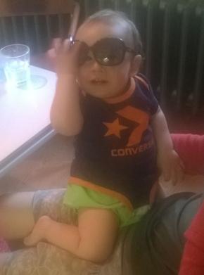 Franz trägt nen blau orangenen Converse Baby Body